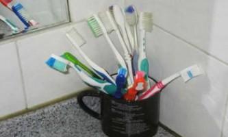 Дослідження: зубні щітки в загальній ванній кімнаті забруднені фекальними бактеріями